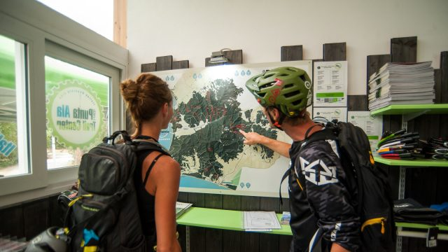 all'interno del bike  center, guardando la mappa dei trails