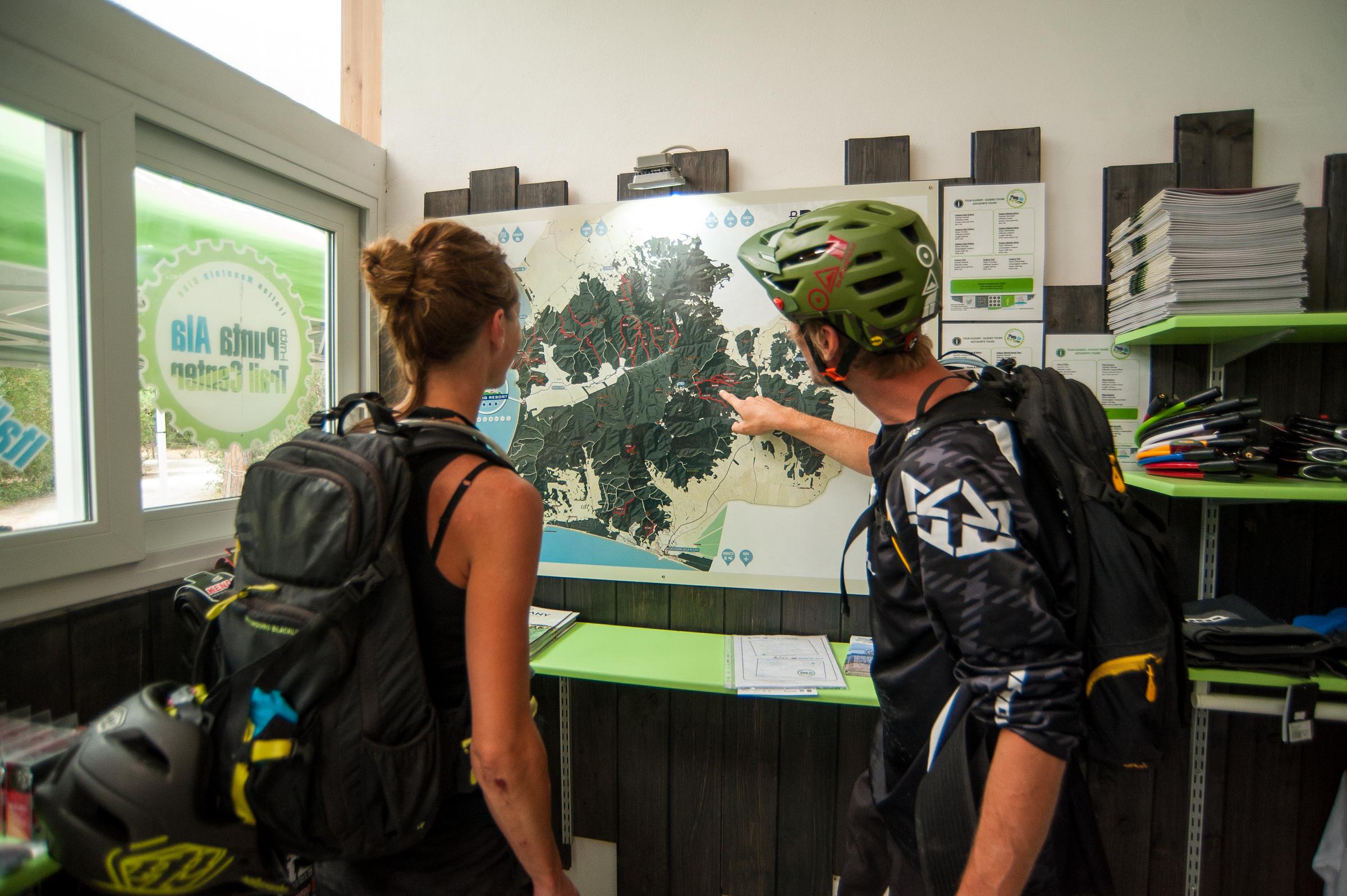 Un veloce controllo alla mappa aspettando di noleggiare le due bici Giant per il tour di oggi
