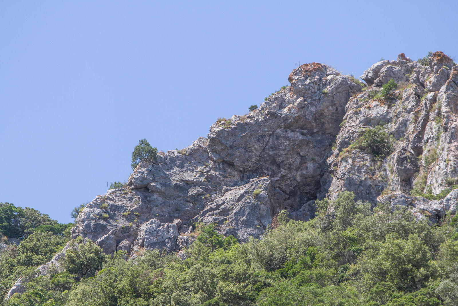 The rocky crags at the top of the rock walls give multiple route options and technique variations.