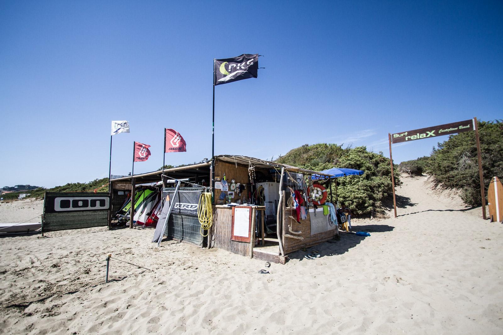 La scuola e il punto noleggio nella spiaggia del Puntone