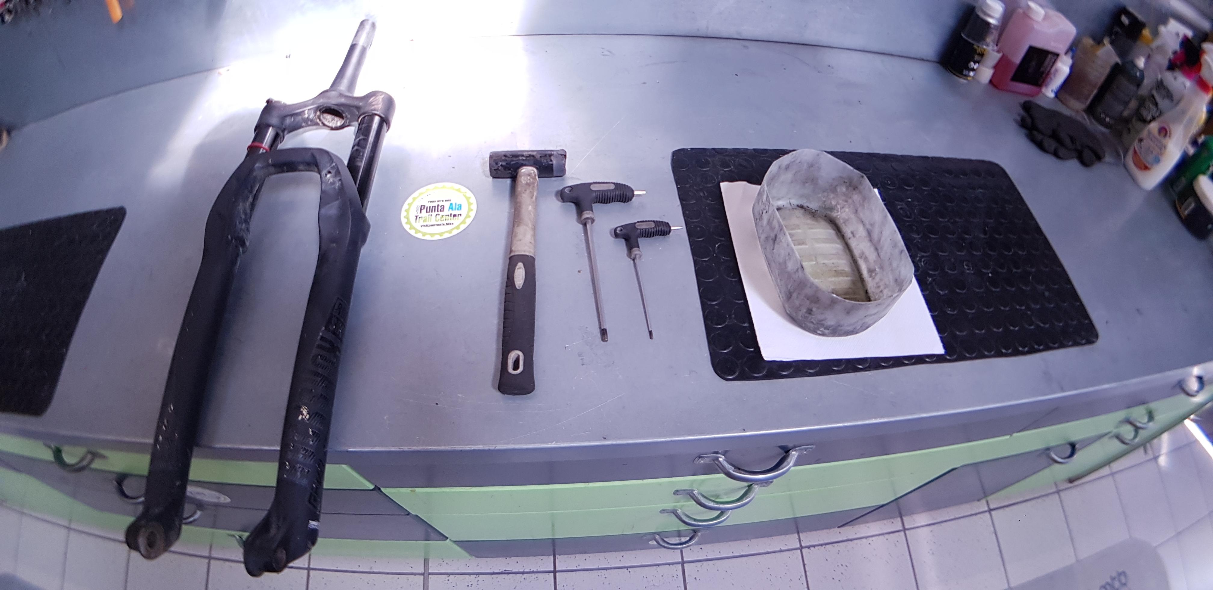 Gli attrezzi necessari: un recipiente per raccoglio l'olio vecchio, una brucola da 5 mm e una da 3mm, un martello di gomma.