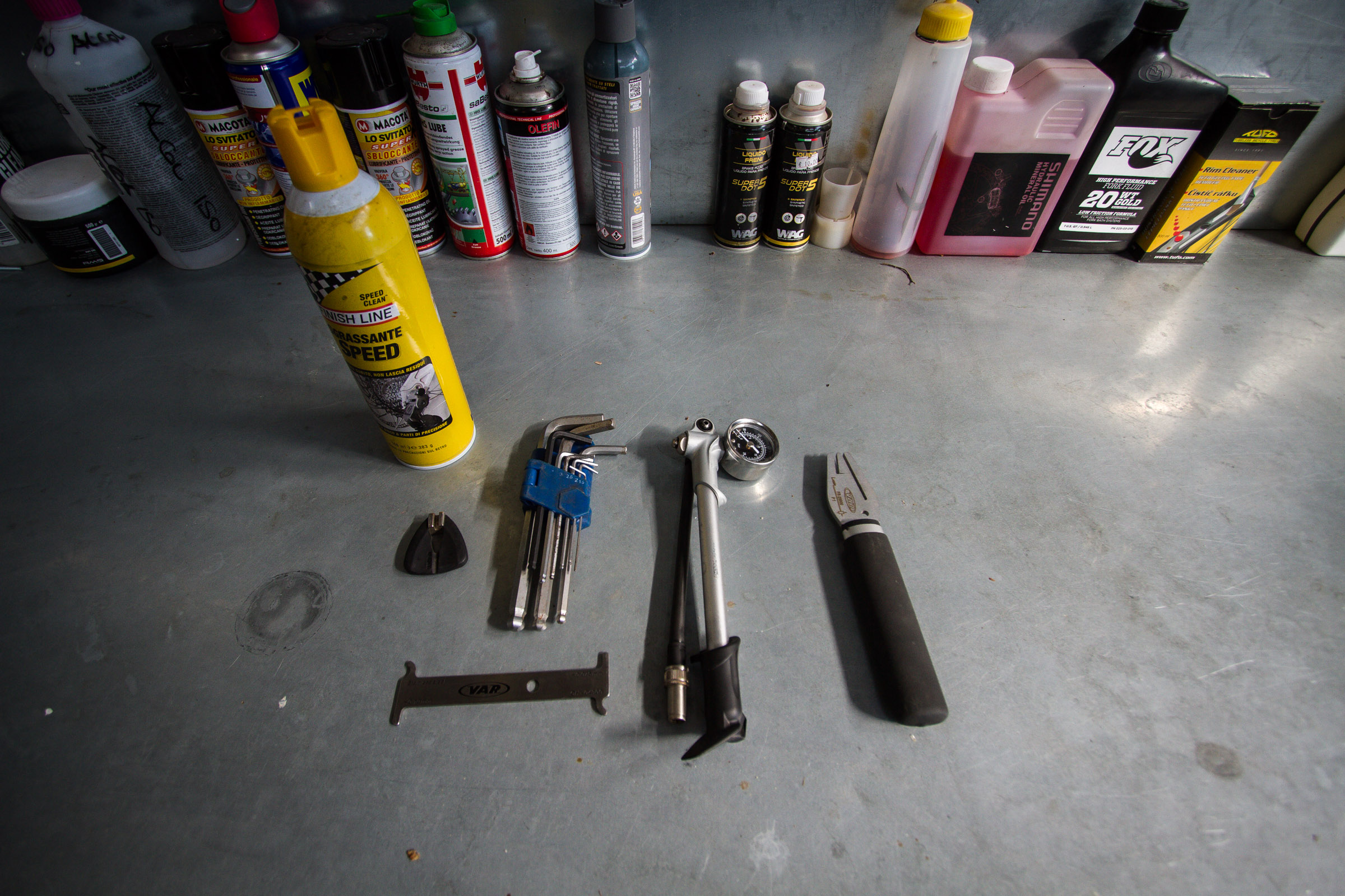 Allen Keys, a shock pump, a disc straightener, a chain check tool, and a spoke key, also we used a bikt of cleaning liquid for brakes.